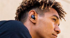 一個人戴著入耳式耳機