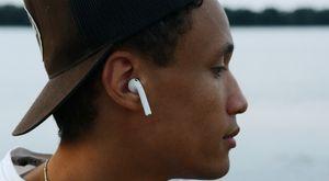 一個人戴著耳塞式耳機