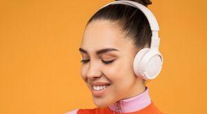 一個人戴著耳罩式耳機