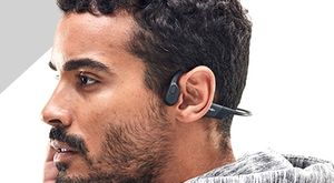 一個人戴著骨導式耳機