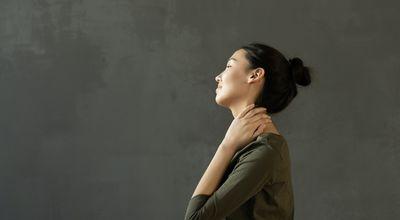 脖子酸痛的女生